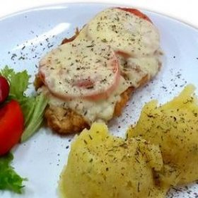 Filet w cieście naleśnikowym z pomidorem i żółtym serem